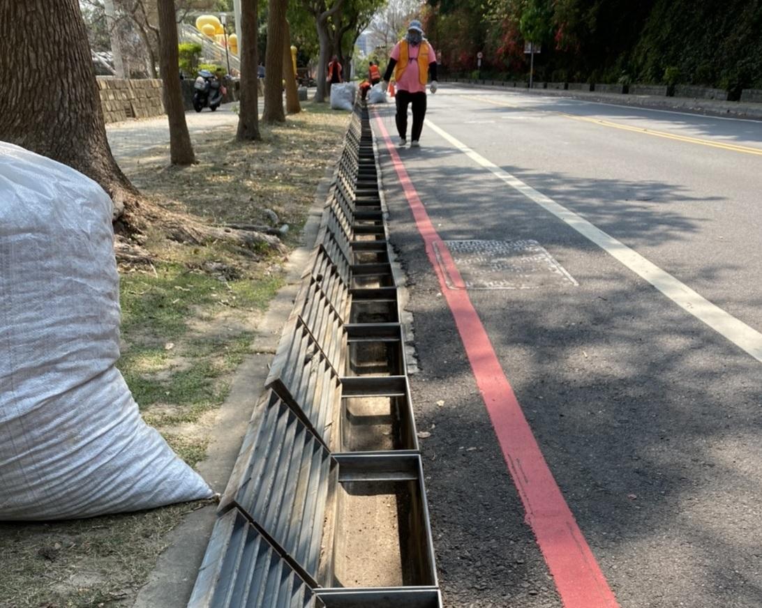 為預防雨季積水,卦山路即日起進行側溝清淤