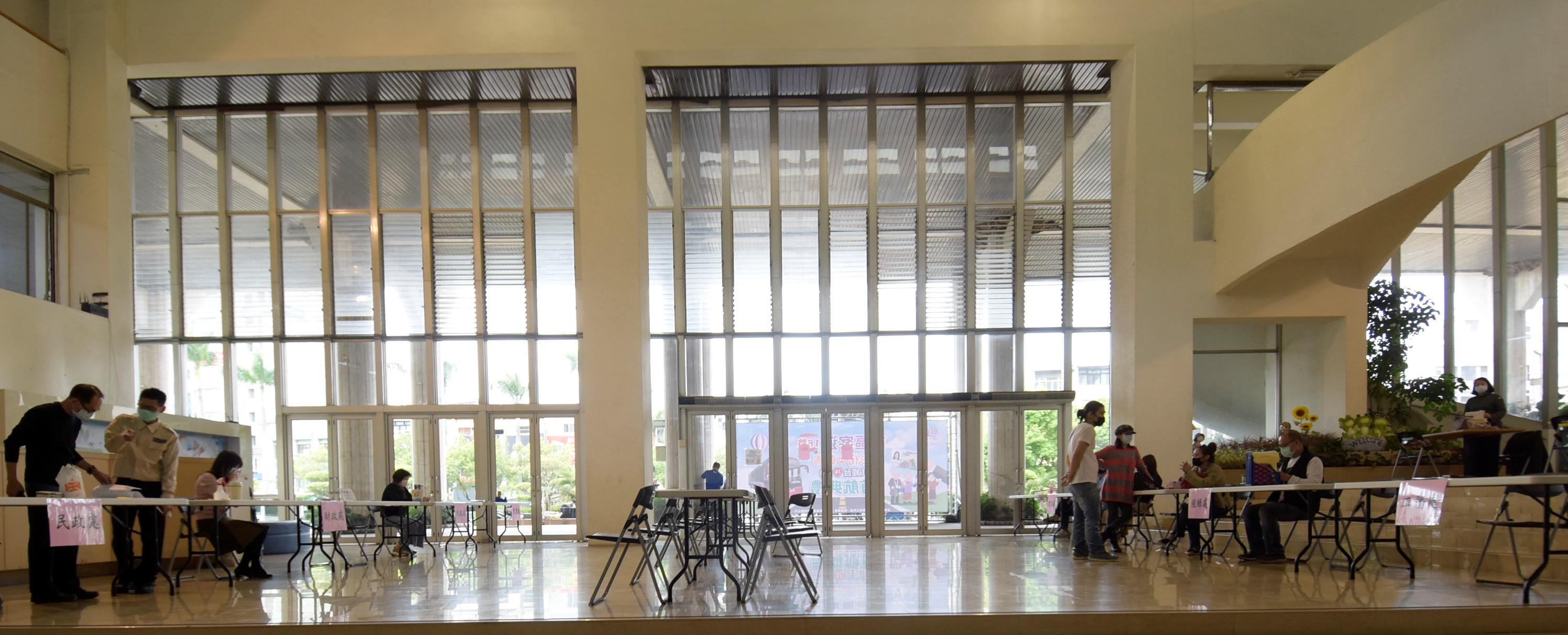 彰化縣政府啟動「免上來、我下去」加強防疫   7局處在縣府中庭設置單一窗口服務洽公民眾