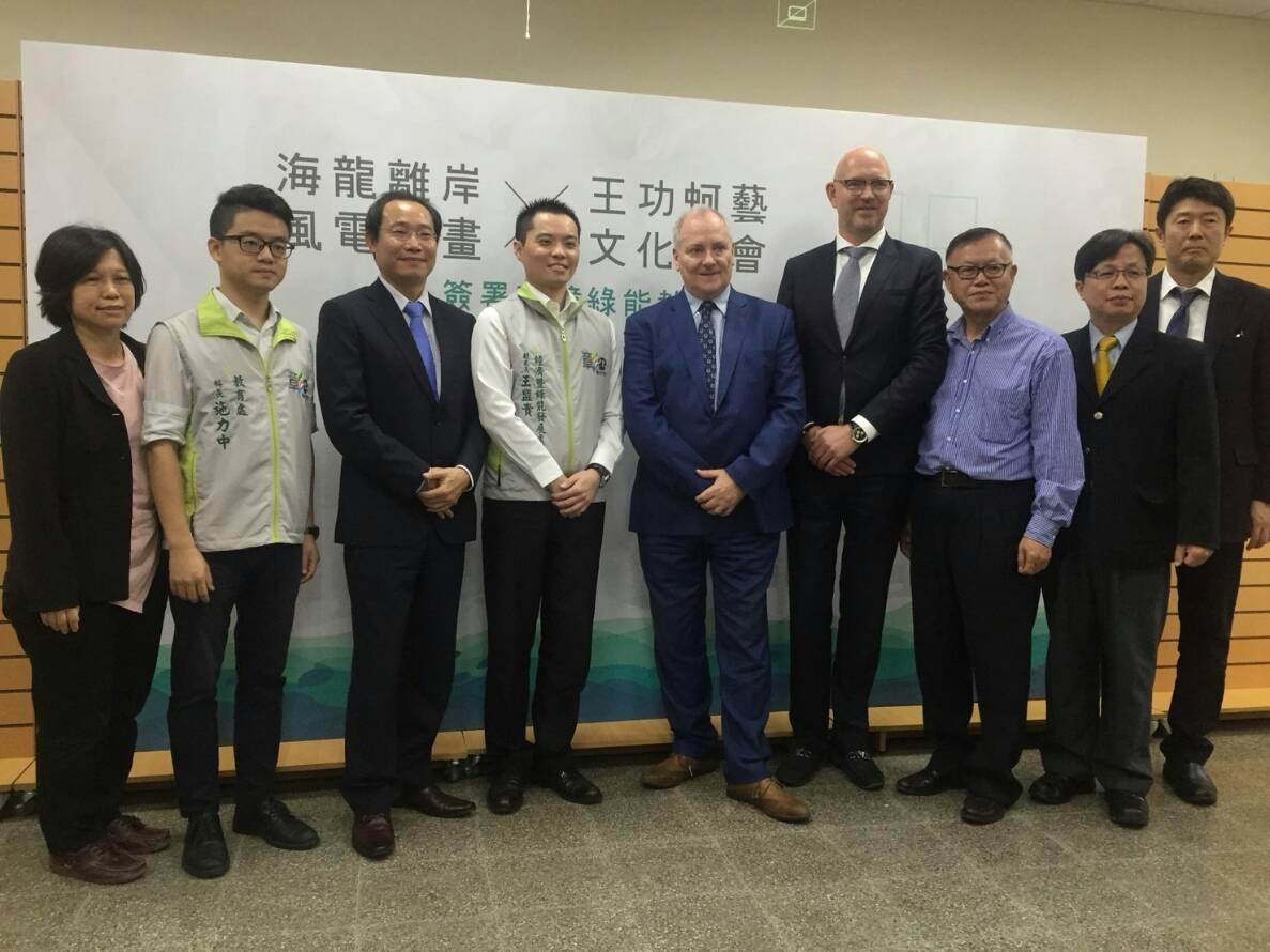 01海龍離岸風電計畫與王功蚵藝文化協會簽署環境綠能教育MOU 合影(開啟新視窗)
