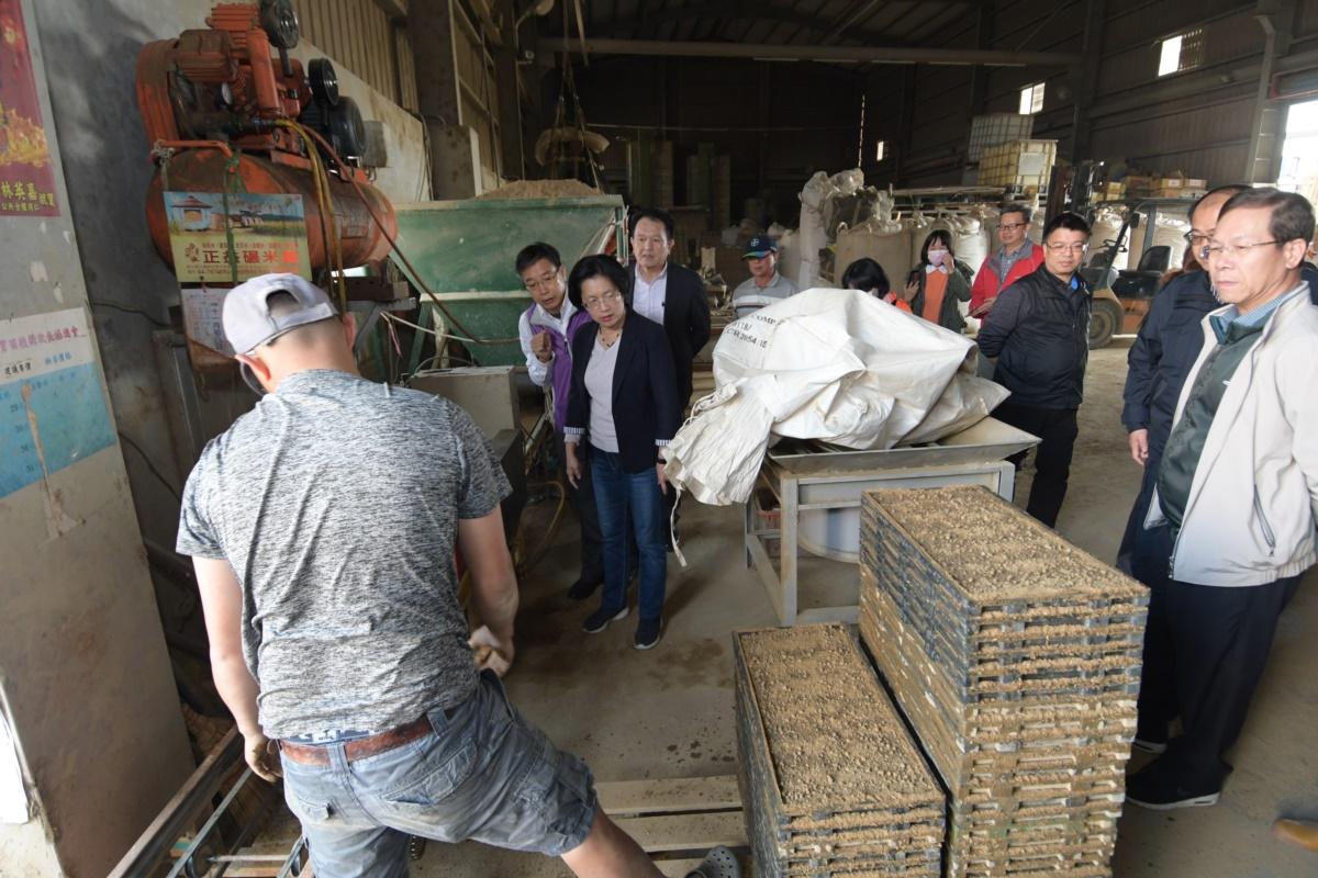 關心農友  王惠美縣長前往秀水鄉水稻育苗中心了解水稻春耕情形