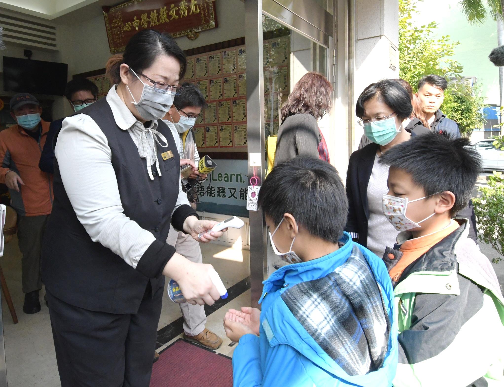 加強把關 守護學童健康 彰化縣長王惠美巡視補習班防疫執行情形