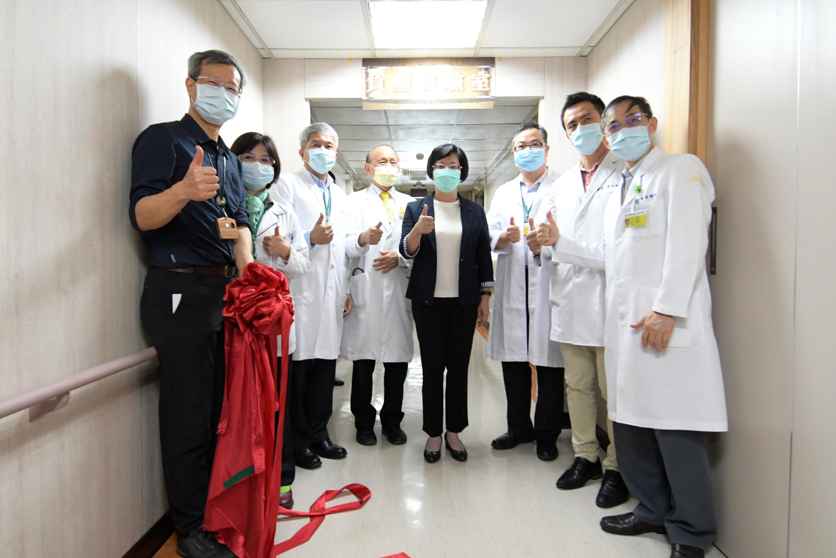 彰化縣超前部署 秀傳紀念醫院新冠肺炎指定檢驗實驗室啟用 捐贈一千支溫度計 共同守護縣民健康