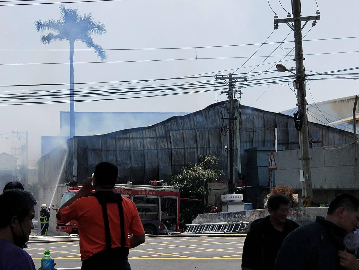 員林工廠火災,提醒影響區域民眾避免外出,在戶外應載口罩!